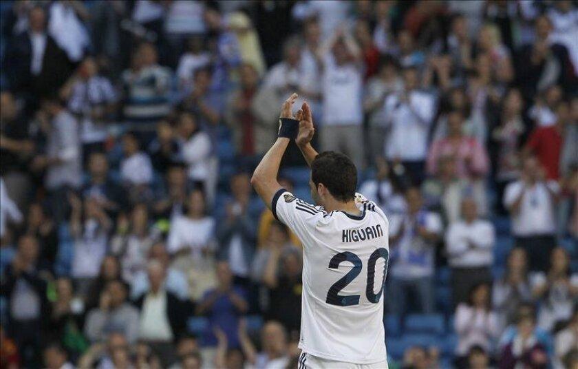 El delantero argentino del Real Madrid, Gonzalo Higuaín aplaude al finalizar el partido de la última jornada de Liga disputado frente al Osasuna en el estadio Santiago Bernabéu de Madrid. EFE
