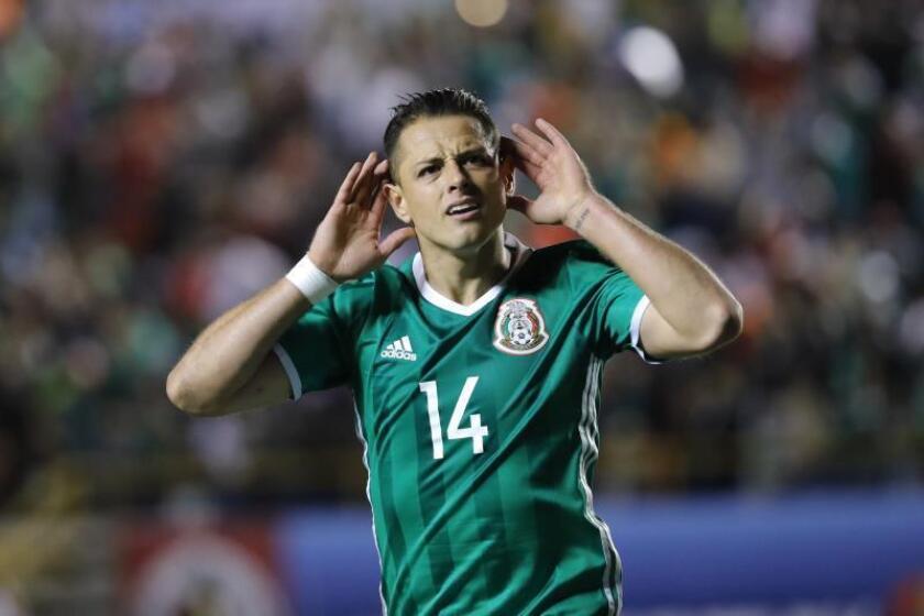 El jugador de México Javier Hernández celebra una anotación. EFE/José Méndez/Archivo