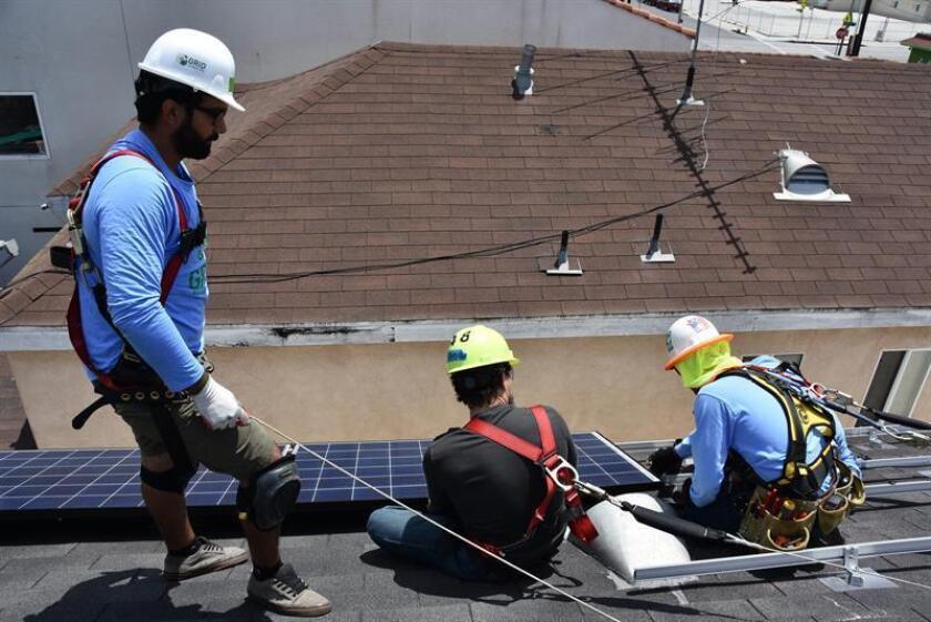 Los empleos en la industria de energía solar del país bajaron un 3 % el pasado año, en su segundo descenso anual consecutivo, a media que el sector trata de adaptarse a los aranceles impuestos por el presidente, Donald Trump, a las importaciones de paneles solares, informó la Solar Foundation. EFE/Archivo