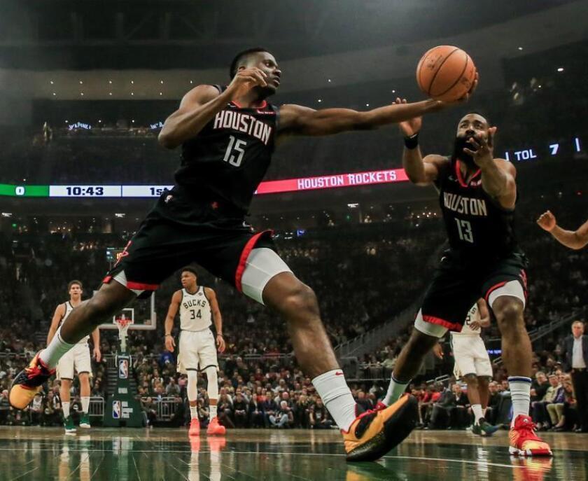 Clint Capela (i) y James Harden (d) de los Houston Rockets en acción este martes, durante el partido de baloncesto de la NBA, entre los Houston Rockets y los Milwaukee Bucks. EFE