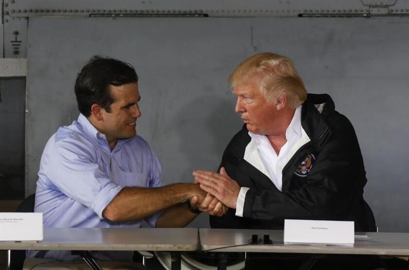 El presidente de los Estados Unidos Donald Trump (d) estrecha la mano del gobernador de Puerto Rico Ricardo Rosselló (i) en la sala de reuniones de la base aérea Luis Muñiz, de la Guardia Nacional, en San Juan, (Puerto Rico). EFE/Archivo