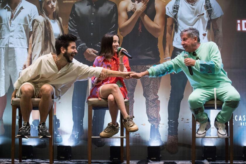 Ricardo Montaner (d) choca puños con su yerno, Camilo, junto a su hija Evaluna Montaner.