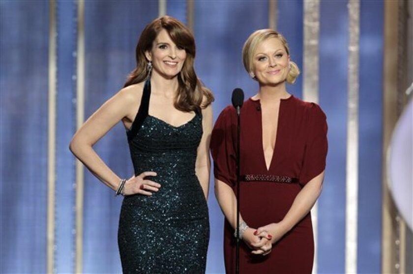 En esta imagen difundida por NBC, las anfitrionas de los Globos de Oro Tina Fey, a la izquierda, y Amy Poehler, dan inicio a la ceremonia el domingo 13 de enero del 2013 en Beverly Hills, California. (AP Foto/NBC, Paul Drinkwater)