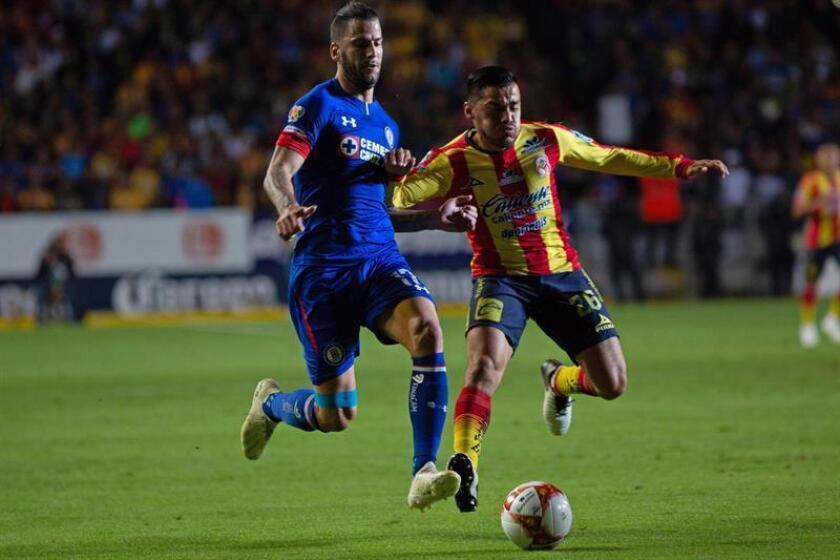 El jugador de Morelia Aldo Rocha (d), pelea por el balón con Edgar Méndez (i), de Cruz Azul durante un juego de la jornada 17 del torneo mexicano de fútbol, celebrado en el estadio Morelos en la ciudad de Morelia (México). EFE/Archivo