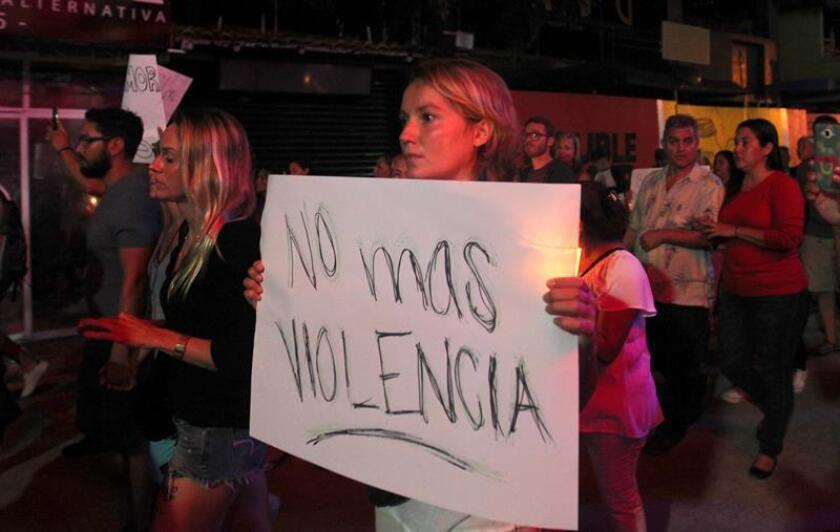 Unas 60 personas marcharon hoy en favor de la paz por las calles de Playa del Carmen a la discoteca en la que cinco personas murieron y quince resultaron heridos en un tiroteo cuando se celebraba la clausura del décimo festival BPM. EFE