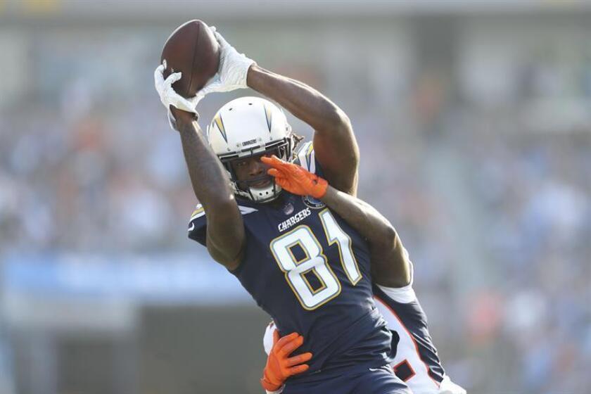 El jugador de Los Angeles Chargers Mike Williams disputa un balón durante el partido disputado contra los Broncos de Denver, en Carson. EFE