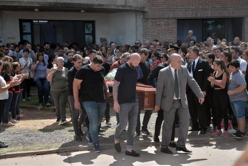 Familiares y amigos llevan los restos del fallecido futbolista argentino Emiliano Salas durante su funeral este miércoles, en Progreso (Argentina). EFE/Javier Escobar