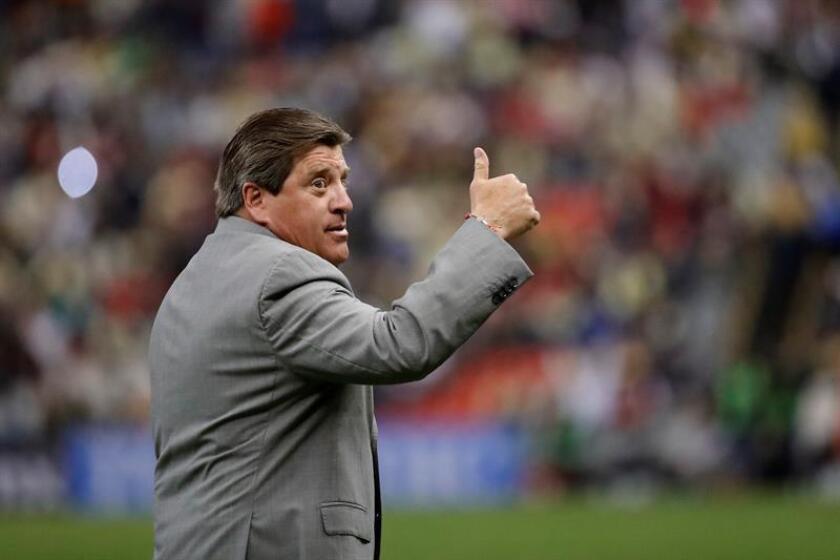 El entrenador de América Miguel Herrera saluda a los aficionados durante el juego de vuelta de cuartos de final del Torneo Apertura del fútbol mexicano realizado en el Estadio Azteca, en Ciudad de México. EFE/Archivo