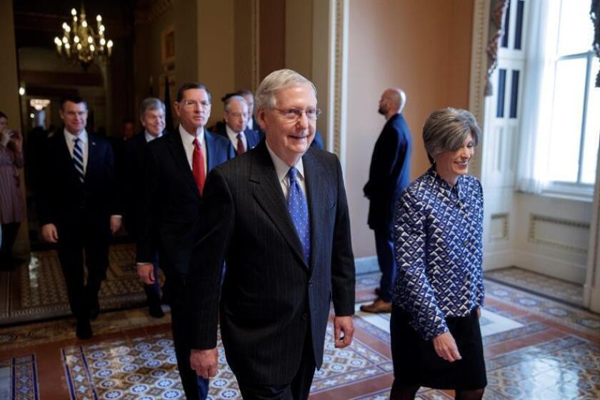 El líder de la mayoría republicana en el Senado, Mitch McConnell (i), llega a una reunión en el senado en Washington D.C (Estados Unidos). EFE/Archivo
