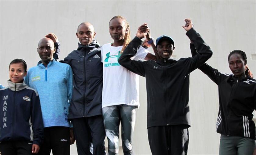 Los atletas kenianos Daniel Muteti (3i) y Grace Wanbui (3d) posan junto a los corredores que ocuparon el segundo lugar, Julius Kibet (2i) y la mexicana Vianey de la Rosa (i), y los terceros Stephen Mburi (2d) y Caroline Jebitow (d) en el podio de la carrera internacional del día del Padre hoy, domingo 17 de junio de 2018, en Ciudad de México (México). EFE