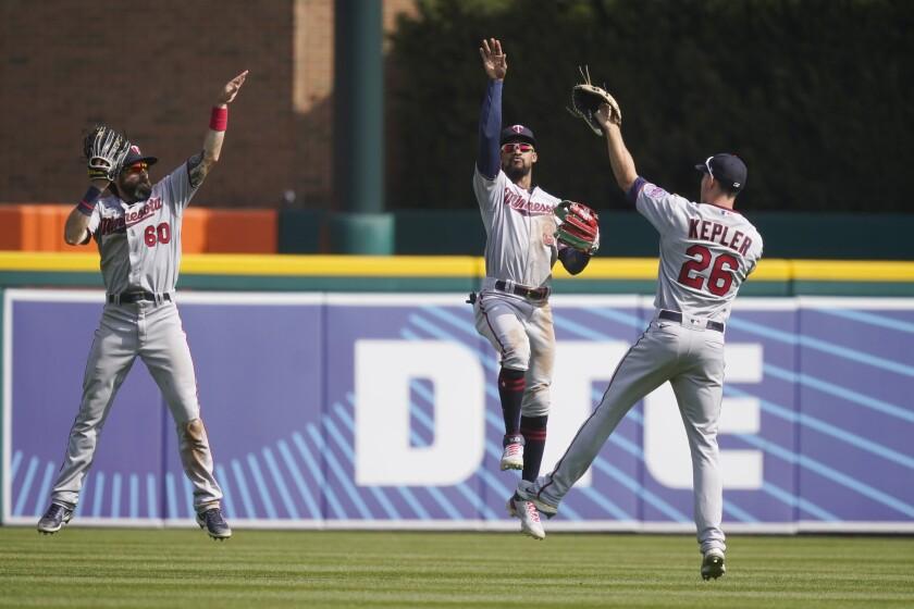 Desde la izquierda, los jardineros Jake Cave, Byron Buxton y Max Kepler celebran la victoria 3-2 de los Mellizos de Minnesota ante los Tigres de Detroit, el miércoles 7 de abril de 2021. (AP Foto/Carlos Osorio)