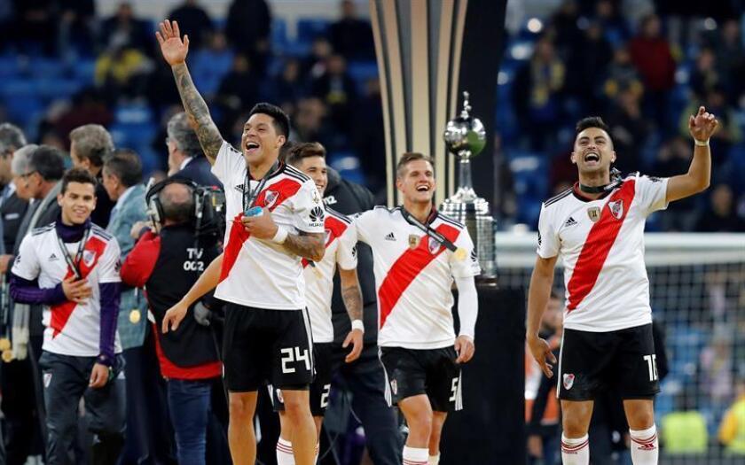 Los jugadores de River Plate en el podio tras vencer a Boca Juniors en el partido de vuelta de la final de la Copa Libertadores que ambos equipos han jugado esta noche en el estadio Santiago Bernabeu de Madrid, y que terminó con la victoria de River Plate por 2-1. EFE