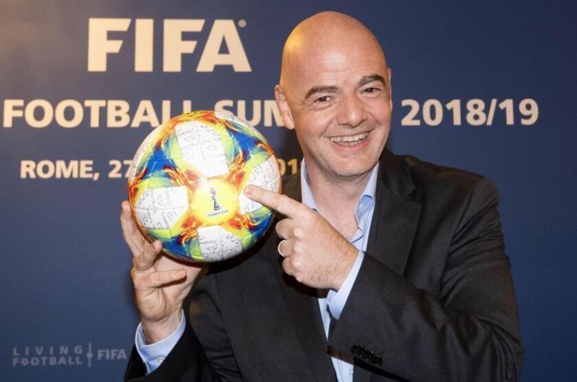 El presidente de la FIFA, Gianni Infantino, posa con el balón oficial del próximo mundial femenino durante una rueda de prensa al término de la cumbre ejecutiva 2018/2019 de la institución futbolística, este miércoles en Roma (Italia). EFE