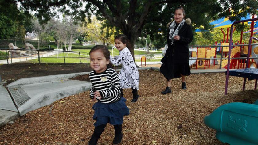 May Martinez perderá acceso a los subsidios estatales para cubrir los costos del cuidado infantil porque su esposo recibió un aumento de sueldo.