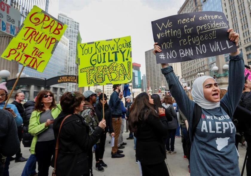 """Cientos de personas con pancartas protestan contra el presidente de Estados Unidos Donald Trump, durante la manifestación """"No es mi Presidente"""" en Chicago, Illinois (Estados Unidos) hoy, lunes 20 de febrero de 2017. EFE"""