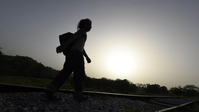 """La Red de Documentación de las Organizaciones Defensoras de Migrantes (Redodem) indicó que 1.768 migrantes señalaron haber sido víctimas de algún delito y 323 manifestaron ser testigos, según el informe anual 2015 """"Migración en Tránsito por México: Rostro de una Crisis Humanitaria Internacional"""", presentado este miércoles en conferencia de prensa."""