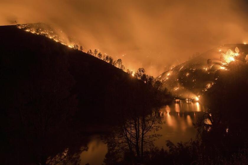 """Las autoridades informaron hoy que el incendio """"Thomas"""", que desde hace dos semanas ha arrasado cerca de 110.000 hectáreas en el sur de California, se encuentra controlado al 50 %. EFE/ARCHIVO"""