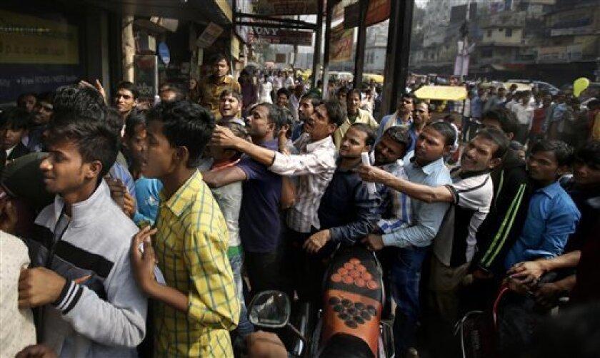 Cerca de 2.000 personas se manifestaron hoy en Calcuta, en el este de la India, para protestar por las dificultades que afronta la población tras la repentina retirada la semana pasada de los dos billetes de mayor denominación en el país.