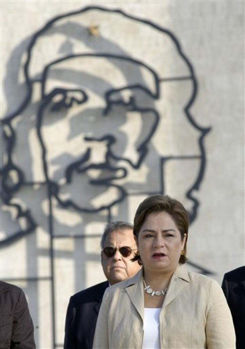 """Mexico's Foreign Minister Patricia Espinosa attends a wreath-laying ceremony at the Jose Marti monument in Havana, Friday, Dec. 11, 2009. Behind is a sculpture of Cuba's revolutionary hero Ernesto """"Che"""" Guevara. (AP Photo/Miguel Guzman, Prensa Latina)"""