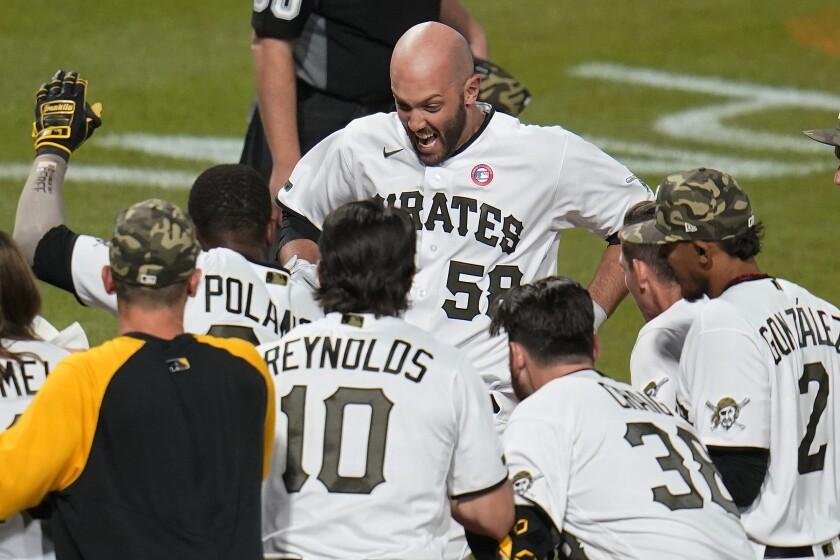 Jacob Stallings, de los Piratas de Pittsburgh, anota tras conectar un jonrón que definió el encuentro del sábado 15 de mayo de 2021, ante los Gigantes de San Francisco (AP Foto/Gene J. Puskar)