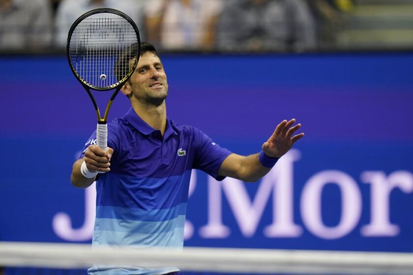 El serbio Novak Djokovic sonríe luego de propinar un pelotazo al holandés Tallon Griekspoor en el Abierto de Estados Unidos, el jueves 2 de septiembre de 2021 (AP Foto/Frank Franklin II)