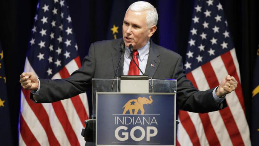 El gobernador de Indiana, Mike Pence, apareció hoy en un mitin de campaña junto al candidato del Partido Republicano para las elecciones presidenciales, Donald Trump, lo que acrecentó las especulaciones de los medios y los analistas que le sitúan como favorito a la vicepresidencia.