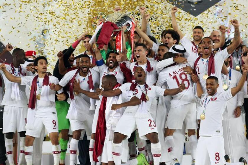 Los jugadores de la selección catarí de fútbol celebran la victoria de su equipo en la final de la Copa Asia entre Japón y Catar, este viernes en Abu Dabi. EFE