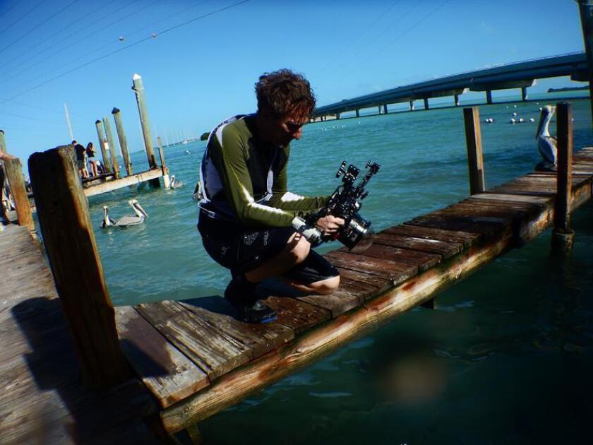 Fotografía cedida de Mark Lee Koven participando en el ARTSail, un proyecto en el que los artistas se suben a bordo de catamaranes y kayaks para crear obras en torno al agua, en particular en torno al cambio climático y sus efectos en las zonas costeras del sureste de la Florida. EFE/ARTSail/SOLO USO EDITORIAL/NO VENTAS