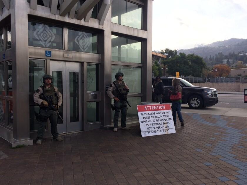 La vigilancia se aumentó como resultado de la amenaza de bomba a la estación del tren en Universal City.