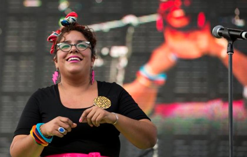 """En esta foto Marisol Hernández de La Santa Cecilia canta en el festival de música Vive Latino en la Ciudad de México. """"La Marisoul"""" Hernández espera un bebé para principios de diciembre de 2015 mientras trabaja en un nuevo álbum de su banda, """"Buenaventura"""", que saldría en marzo de 2016. (AP Foto/Rebecca Blackwell, Archivo)"""