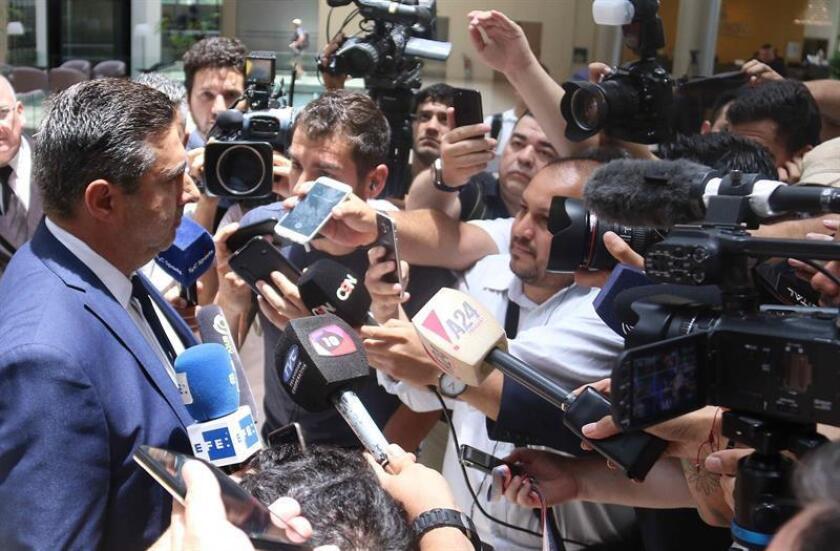 El presidente del club argentino de fútbol Boca Juniors, Daniel Angelici (i), fue registrado este martes al atender a medios de comunicación, luego de una reunión privada, en la sede de la Conmebol, en Luque (Paraguay). EFE