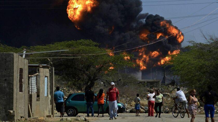Una explosión en 2012 en la refinería de petróleo Amuary en Venezuela mató a 47 personas e hirió a 160. La instalación, que una vez fue la joya de la corona de la compañía petrolera estatal de ese país, no ha sido reconstruida por completo desde entonces. (AFP / Getty Images)