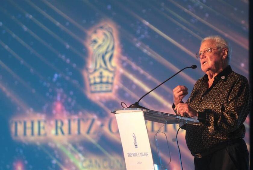 El propietario del hotel Ritz Carlton Cancún, Enrique Molina Sobrino, habla durante una conferencia hoy, lunes 16 de abril de 2018, en el marco de la celebración de aniversario de este hotel, en Cancún (México). EFE