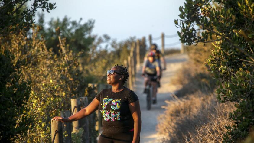 Nadine Jackson, de 46 años, en el sendero llamado 'El Portal Trail', de Ranchos Palos Verdes. Una reciente encuesta sugiere que las minorías invierten más tiempo al aire libre (Irfan Khan / Los Angeles Times).