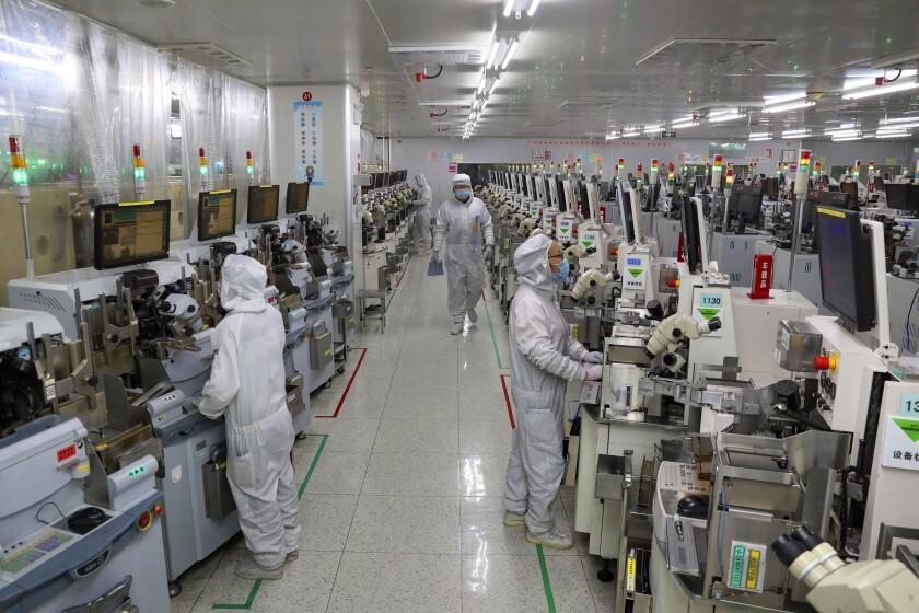 Trabajadores prueban circuitos integrados en una planta de TongFu Microelectronics Co., Ltd, en Nantong