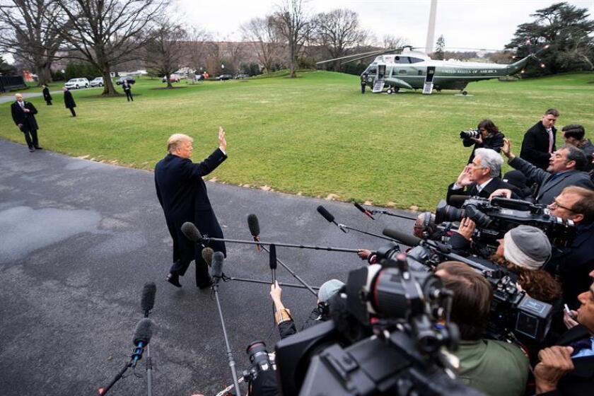 El presidente de EE. UU., Donald J. Trump, atiende a la prensa a su salida de la Casa Blanca de camino a su residencia de Mar-a-Lago este viernes en Washington DC (Estados Unidos). EFE