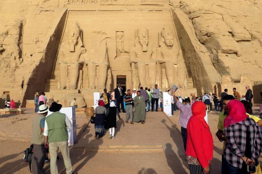 El templo de Abu Simbel dedicado a la reina Nefertari, mujer del faraón Ramsés II, es uno de los más de 11 templos o partes de estos que fueron rescatados por la UNESCO en los años 60, cuando corrían el riesgo de verse sumergidos en el lago Naser tras la construcción de la presa de Asuán. EFE