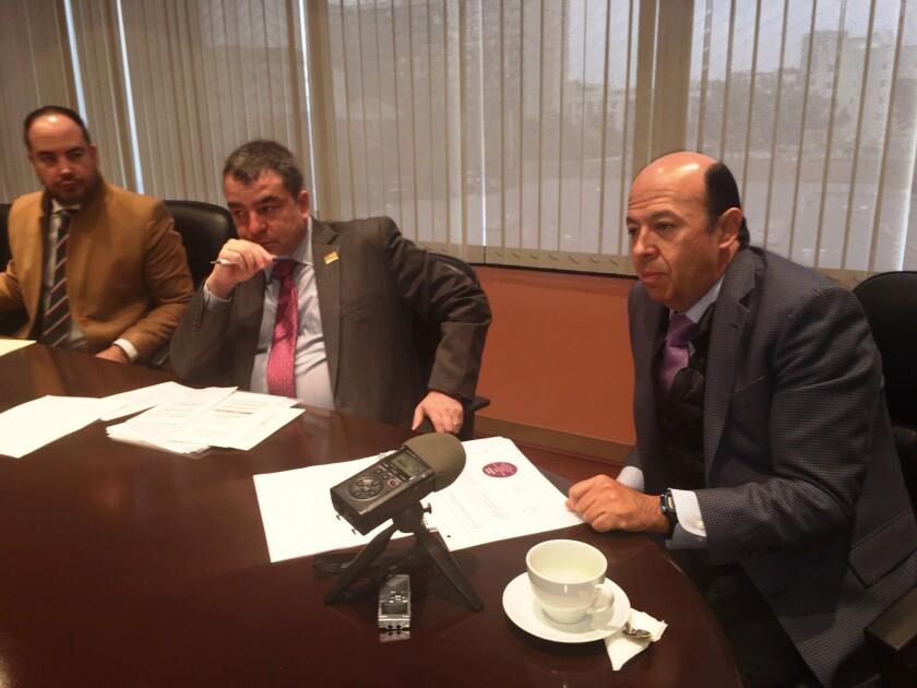 El consejero Enrique Andrade (derecha) dirigió el balance electoral en las oficinas del consulado mexicano en Los Ángeles. Junto a él aparecen desde la izquierda: Alejandro Guerrero y Yuri Beltrán.