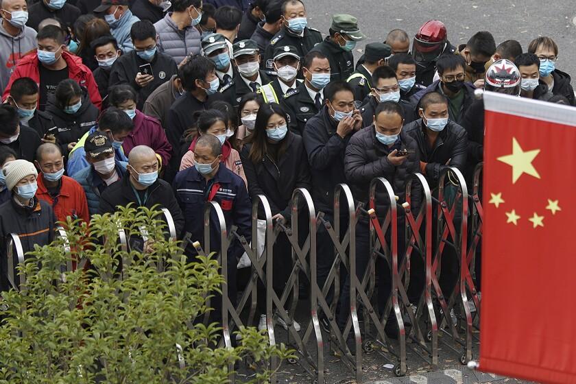 Trabajadores aeroportuarios usando mascarillas para ayudar a frenar la propagación del coronavirus