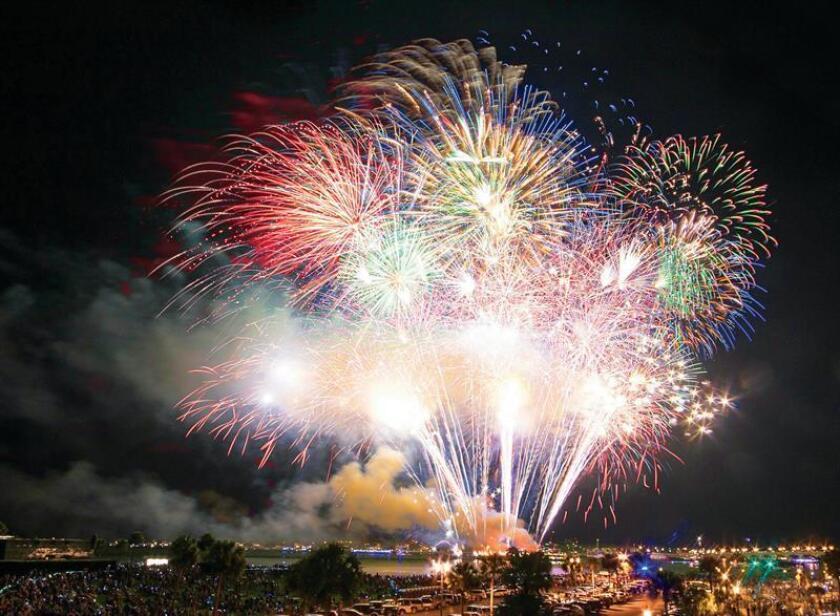 Fotografía cedida por Florida's Historic Coast que muestra el lanzamiento de los típicos fuegos artificiales durante la celebración del 4 de julio, Día de la Independencia de Estados Unidos, en San Agustín, Florida (Estados Unidos). Doscientos cuarenta y dos años después de la celebración del primer 4 de julio, San Agustín, la ciudad más antigua de Estados Unidos, ha dejado su particular huella en este evento del Día de la Independencia de Estados Unidos. EFE/Florida's Historic Coast/SOLO USO EDITORIAL/NO VENTAS