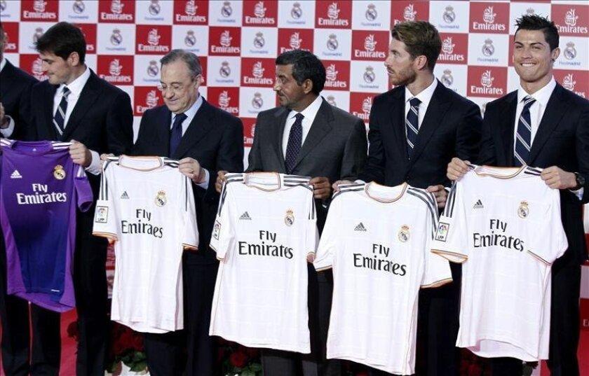 El presidente del Real Madrid, Florentino Pérez (2i), junto a la plantilla del primer equipo, Iker Casillas (i), Sergio Ramos (2d), Cristiano Ronaldo (d), y el presidente y director ejecutivo de la aerolínea Emirates, sheikh Ahmed bin Saeed Al Maktoum, muestran la nueva camiseta que el club blanco