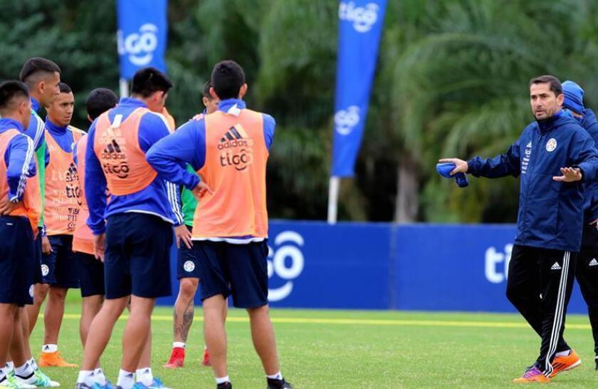 En la imagen, el técnico de selección sub'23 de Paraguay, Gustavo Morínigo (d). EFE/Archivo
