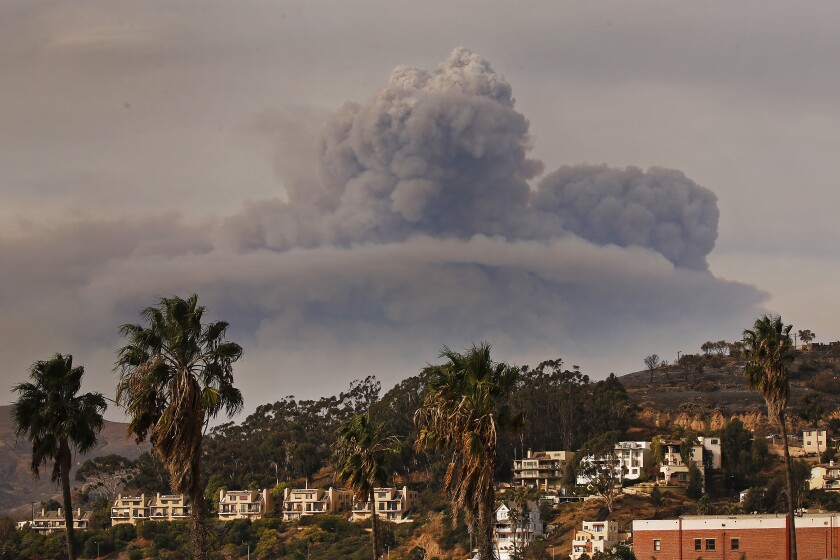 Η φωτιά του Thomas δημιουργεί ένα τεράστιο σύννεφο pyrocumulus τον Δεκέμβριο του 2017.