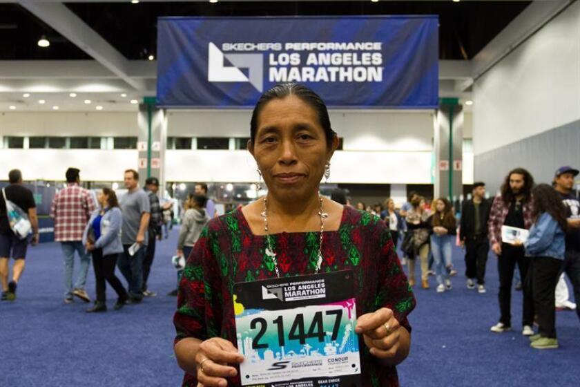 """María del Carmen Tun Cho posa con su peto el 23 de marzo de 2019 durante el evento de acreditación para la Maratón de Los Ángeles, California (EE. UU.). La guatemalteca es la primera indígena Maya en participar en la Maratón de Los Ángeles, una de las competencias más importantes en el atletismo de los Estados Unidos. Tras alzarse en 2018 con el primer lugar en la categoría Master de esa competición, la guatemalteca supo que tenía que llevar el mensaje de """"empoderamiento de la mujer"""" al mayor número posible y pronto lo hizo fuera de su país, cuando, también el año pasado, compitió en una maratón en País Vasco (España). EFE"""