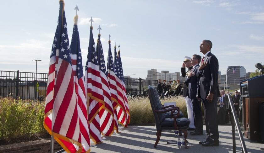 ARCHIVO. El presidente Barack Obama, junto con el secretario de Defensa Ash Carter y el general Joseph Dunford, jefe del Estado Mayor Conjunto, rinden honores al himno nacional durante una ceremonia conmemorativa por el 15to aniversario de los atentados terroristas del 11 de septiembre de 2001 en el Pentágono. (AP Foto/Manuel Balce Ceneta)