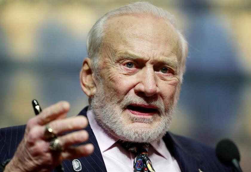 """El exastronauta estadounidense Buzz Aldrin, el segundo ser humano que pisó la Luna en 1969, con la misión Apolo 11, demandó en Florida a sus dos hijos y un exasesor de negocios por supuestamente """"malversar"""" fondos de sus tarjetas de crédito y difamarle, informaron hoy medios locales. EFE/Archivo"""