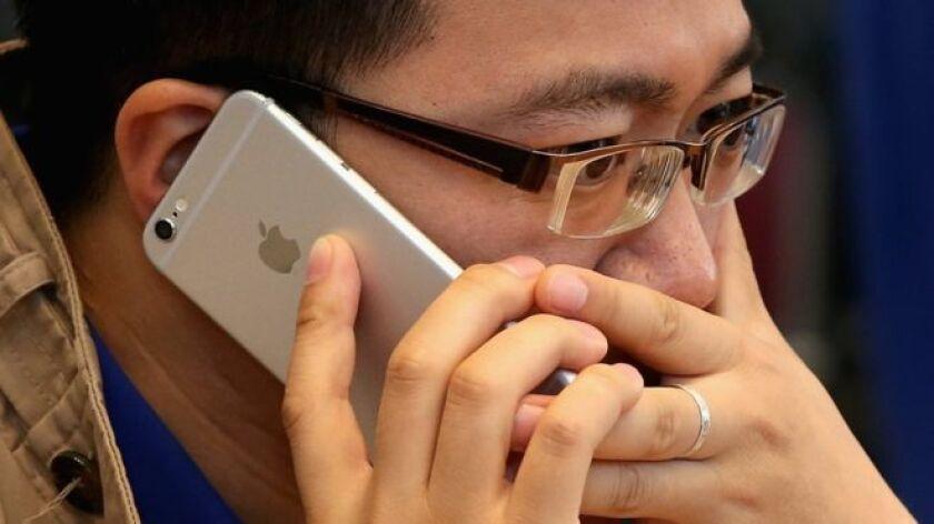 """Apple acaba de confirmar lo que muchos usuarios de iPhone llevaban tiempo sospechando: reveló que con sus actualizaciones de software ralentiza deliberadamente algunos modelos de iPhone a medida que se hacen """"viejos""""."""