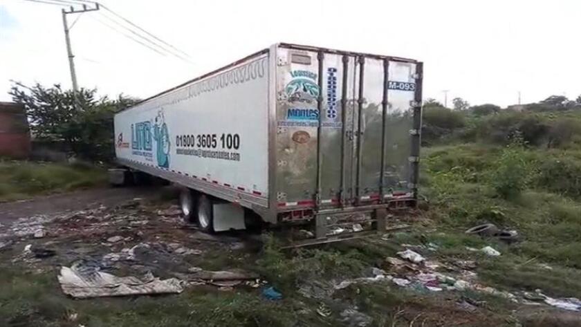 Fotograma de un contenedor de refrigeración con unos 100 cadáveres del Forense del estado de Jalisco, que fue abandonado en el municipio de Tlaquepaque y después movido a Tlajomulco hasta que el sábado fue puesto bajo resguardo de la Fiscalía estatal. EFE/MÁXIMA CALIDAD DISPONIBLE