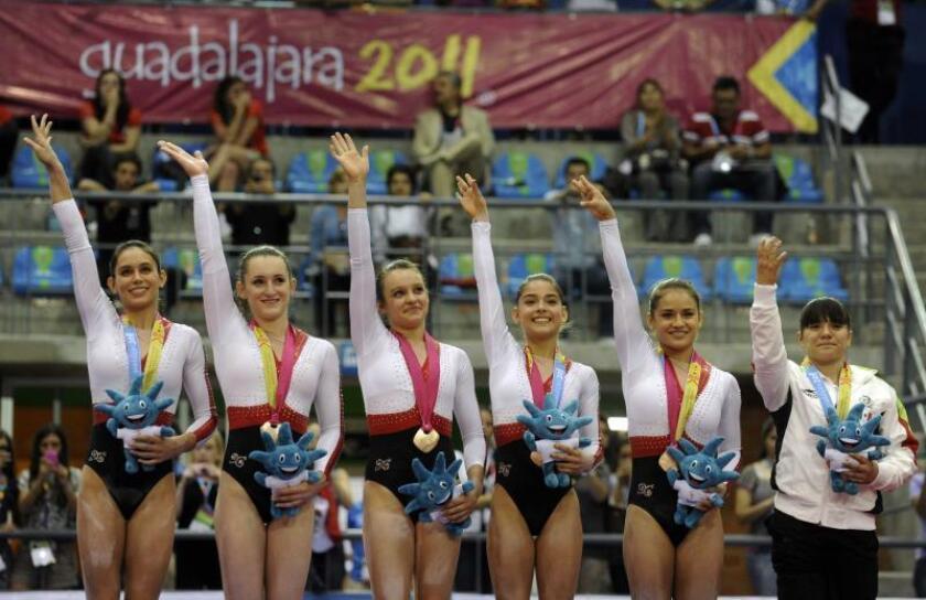 Las mexicanas, Marisela Cantu, Karla Salazar, Estefania Lago, Yesenia Estrada, Elsa Garcia y Alexa Morena celebran en el podio tras ganar la medalla de bronce de la clasificación por equipos de la gimnasia artística de los Juegos Panamericanos 2011. EFE/Archivo