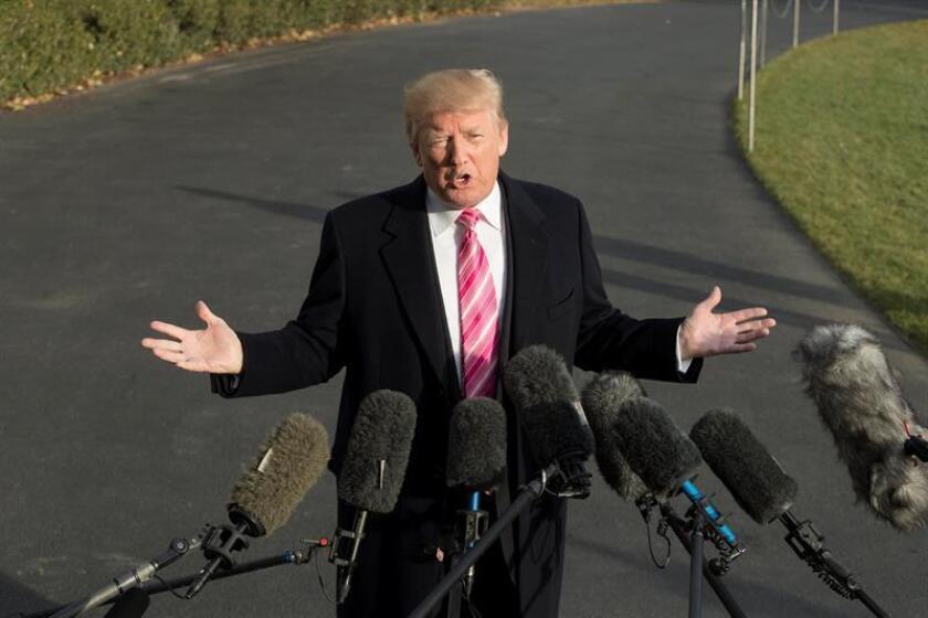 El presidente de los Estados Unidos, Donald Trump, habla con la prensa a su salida de la Casa Blanca. EFE/Archivo